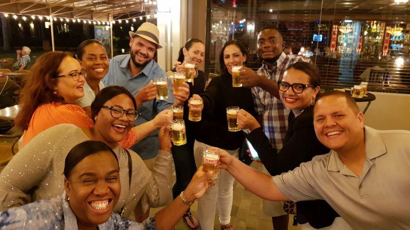brinde com cerveja local